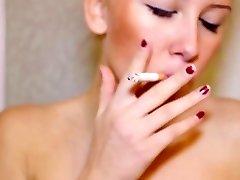Njemačka plavuša s МДГ pušiti cigarete seksi