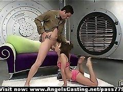 חובבן גמיש הג ' ינג ' ית זונה מראה לה את הגוף המושלם