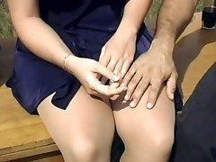 Seksikäs blondi sukkahousut vittu ulkona
