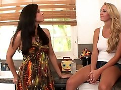 Kinky brunette gnir hot blonde's fitte med sin fot