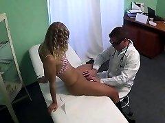 Seksi blondinka bolnik dobi prsti njen zdravnik