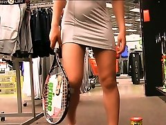 Preciosa anglosajona raquet insertion in public supermarket objet