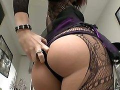 Vellystige brunette iført crotchless strømpebukse strimler på et kamera