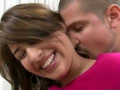 Sjenert blonde ungdoms Esperanza Rojas er glad for å fylle munnen med kuk
