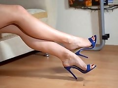 Shoeplay, stringing up, in blue mules. Close-up. Yum !
