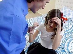 נערה מתוקה בכלוב, אריאל פיי מוצצת זין גדול וקשה לפני שהיא דופקת