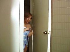 Nenadoma ni moja mati je prišel v kopalnico
