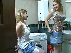 Sestre so zabavno v kopalnici. )