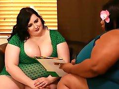 दो सुंदर महिलाओं के साथ बड़े स्तन