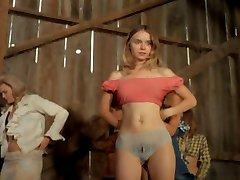 Mulheres despindo no palco 1972