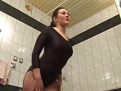Lány torna ruhát mutatja mozog