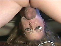 Jente med briller er gagging