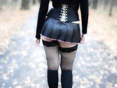 गोथिक घर के बाहर चलने में माइक्रो स्कर्ट