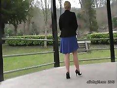 Καυτή ξανθιά έχει ωραία πόδια και σέξι ζευγάρι ψηλοτάκουνα παπούτσια