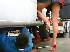 Μηχανικός γαμάει το busty αφεντικό στο γραφείο