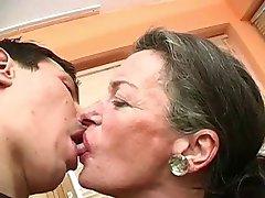 לנשק אותי סבתא