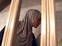 הערבית משרתת עמוק בתחת זיין