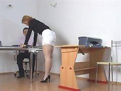 Aluno desobediente sendo punido pelo professor,