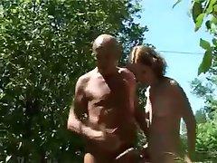 फ्रेंच टीन के साथ एक बूढ़े आदमी