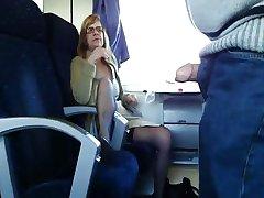 परिपक्व पत्नी के साथ ट्रेन में