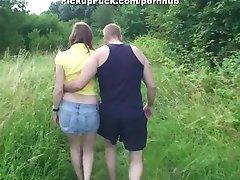 divu meitene sūkā pimpi parkā