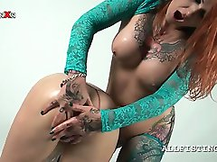 Tattooed redhead lesbo playing with her GFs oily cunt
