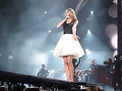 Taylor Swift, ki opravljajo v Detroitu