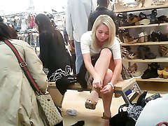 upskirt od srčkan sedi dekle v trgovino čevljev