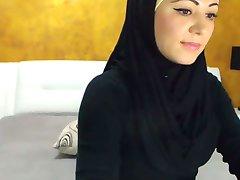 Wspaniały arabski piękna spuści na kamery