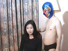 Linda Menina Chinesa vs Pouco de Chinês Lutador profissional
