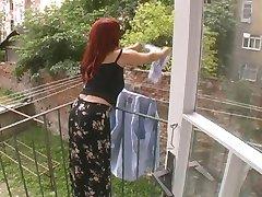 Sexig Mogen Frun Attackerade Medan Hängande Tvätt - Cireman
