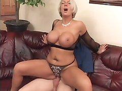 Une femme בוגר לאוי offre sa בל poitrine