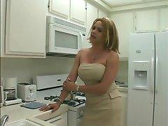 Seksīga blondīne tranzistors izpaužas viņas garu, platu gailis sūkātas