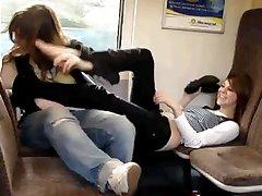 אחותי וחבר לשחק facefootsie ברכבת