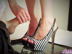 Την αδελφή μου στο νόμο είναι ξηρά πόδια χρειάζεται κάποια παχιά χύσια να τους μασάζ!