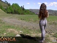 Hot big ungdoms viser hvordan hun cameltoe av