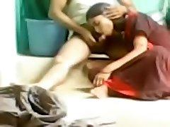 Indian amatør sex-video av en kåt par på gulvet