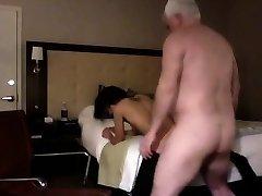 Heldig bestefar fucks en tynn hottie