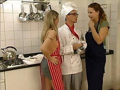 两个女孩的厨师
