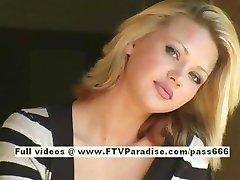 Svetlana sevimli sarışın kız içecekler kahve