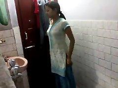 Indischen Mädchen im Badezimmer