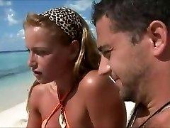 Medus sievas krāpj pludmalē