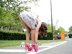 Teen skok konopac na visokim petama pod suknju pogled