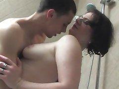 güzel esmer banyoda seks