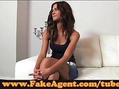 FakeAgent Sjenert brunette spiller vanskelig å få i casting