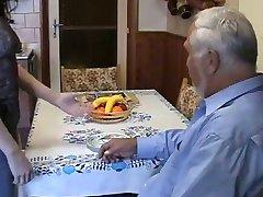 Çok yaşlı şişman adam ergen hizmetçi kullanmak çok zor
