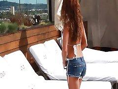 İnanılmaz Bir Vücut İle Kız Seksi Bir Stripteas Verir