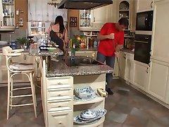 Busty Ev Kadını Mutfakta Becerdin