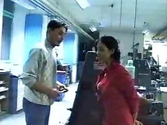 Intian - Pomo lady puhaltaa ja nussii työntekijä