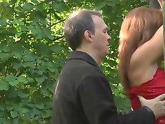 Lora geslagen en geneukt in het bos